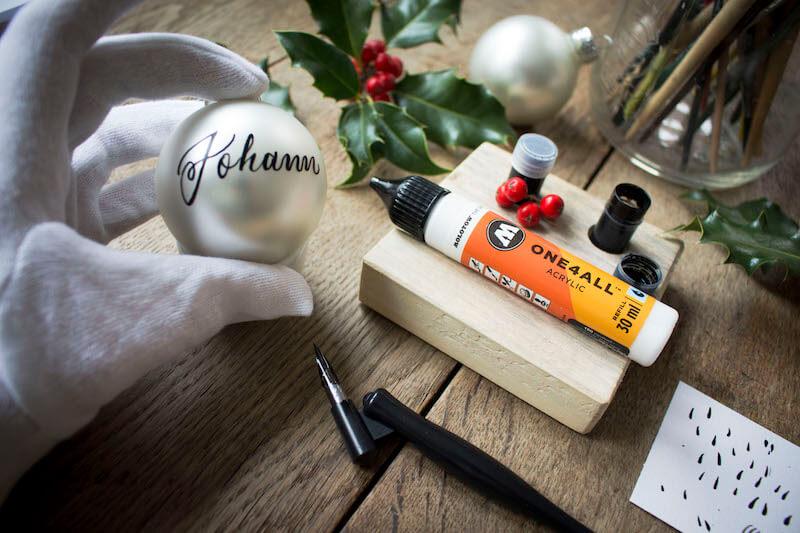 Weihnachtskugeln Weihnachtskugel Christbaumkugel Kugel beschriften Kalligrafie Kalligraphie beschreiben bemalen Hand Lettering Molotow One4All basteln Marker Feder Tinte Tusche