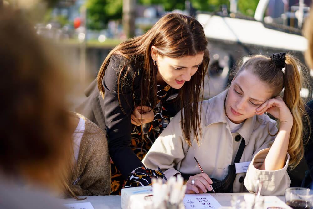 Jeannette Mokosch Personalisierte, individuelle Hand Lettering & Kalligraphie Workshops Kurse Hamburg Event Kalligrafie Hafen Bremen Idee Kaffee Schönschrift Firmenevent