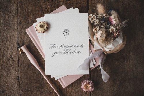 Postkarte Feder Trockenblumen Holzschliffpappe Kalligrafie Kalligraphie