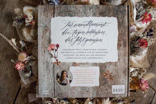 Blühende Worte Poesiebuch Kalligrafie Kalligraphie Jeannette Mokosch Trockenblumen Fine Art Blumen getrocknete Blüten Ermutigung Glaube